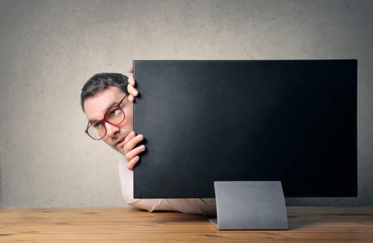 一番副業がバレるのはメルマガアフィリエイト?住所を隠す特電法対策を解説
